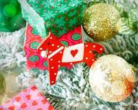 Juguete del caballo con las cajas de regalo y las bolas de la Navidad Foto de archivo libre de regalías