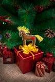 Juguete del caballo en el árbol de navidad Imagen de archivo