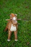 Juguete del caballo en el campo del vidrio verde, espacio de la copia Fotografía de archivo libre de regalías