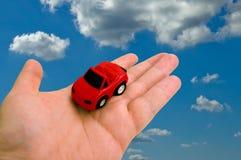 Juguete del coche en la palma Foto de archivo