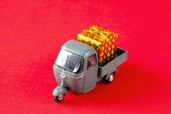 Juguete del coche para el livraison pour Noël foto de archivo