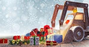 Juguete del excavador con los regalos de Navidad imagen de archivo libre de regalías