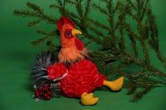 Juguete del gallo con la rama spruce Fotos de archivo libres de regalías