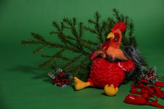 Juguete del gallo con la rama spruce Foto de archivo libre de regalías