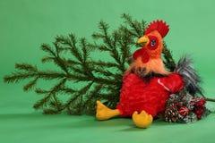 Juguete del gallo con la rama spruce Fotografía de archivo libre de regalías