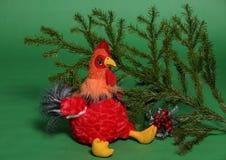 Juguete del gallo con la rama spruce Foto de archivo