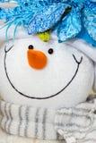 Juguete del hombre de la nieve con la bufanda del encanto. Foto de archivo