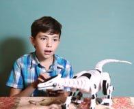 juguete del juego del muchacho con el dragón teledirigido Foto de archivo libre de regalías