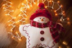 Juguete del muñeco de nieve con las luces de la Navidad blanca Fotografía de archivo libre de regalías