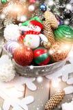 Juguete del muñeco de nieve en cesta con las bolas de la Navidad Efectos mágicos ligeros, nieve de dibujo Foto de archivo libre de regalías