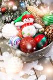 Juguete del muñeco de nieve en cesta con las bolas de la Navidad Efectos mágicos ligeros, nieve de dibujo Foto de archivo