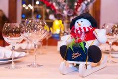 Juguete del muñeco de nieve en el trineo Fotos de archivo libres de regalías