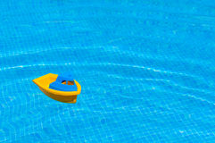 Juguete del niño que flota en agua Foto de archivo libre de regalías