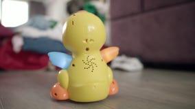 Juguete del niño que mueve encendido el piso Impulsión del pato del juguete en piso en sitio del bebé Juguetes del niño almacen de metraje de vídeo