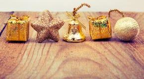 Juguete del oro de la Navidad en viejo fondo de madera Fotos de archivo