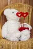Juguete del oso con 2 corazones Foto de archivo libre de regalías
