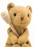 Juguete del oso del vintage (juguete viejo del oso con la cuchara de madera de la miel) Foto de archivo libre de regalías
