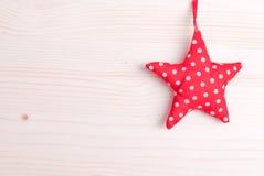 Juguete del piel-árbol de la Navidad en un tablero ligero Foto de archivo libre de regalías