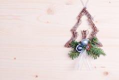 Juguete del piel-árbol de la Navidad en un tablero ligero Fotos de archivo