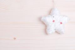 Juguete del piel-árbol de la Navidad en un tablero ligero Imagen de archivo