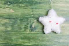 Juguete del piel-árbol de la Navidad en una pizarra verde Imagenes de archivo