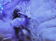 Juguete del reno de la Navidad en la nieve Imagen de archivo libre de regalías