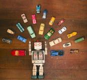 Juguete del robot del vintage rodeado por las porciones de juguete retro del metal fotos de archivo libres de regalías