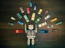 Juguete del robot del vintage rodeado por las porciones de juguete retro del metal imagenes de archivo
