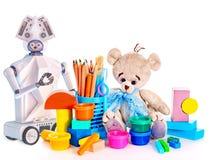 Juguete del robot y lápices del oso y del color de peluche de los peluches y latas de pintura Imagen de archivo
