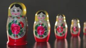 Juguete del vintage/muñecas hechas a mano de la jerarquización/juguete de madera ruso/muñeca tradicional de Rusia almacen de metraje de vídeo