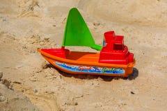 Juguete del yate de la velocidad en la playa Fotografía de archivo