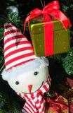 Juguete divertido de la Navidad Muñeco de nieve en abeto Fotos de archivo libres de regalías