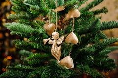 Juguete elegante de la decoración del árbol de navidad bajo la forma de ángel Foto de archivo libre de regalías