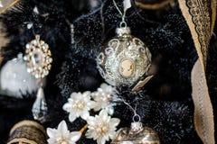 Juguete elegante de la decoración del árbol de navidad bajo la forma de bola con el retrato de la mujer Fotografía de archivo libre de regalías