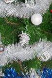 Juguete en el árbol de navidad por el Año Nuevo Imagenes de archivo