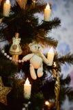 Juguete en el oso del árbol de navidad Humor del Año Nuevo Decoración para el hogar Fotos de archivo