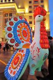 Juguete enorme del gallo en Moscú La decoración de la semana de la crepe de Maslenitsa Imagen de archivo