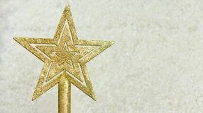 Juguete festivo de la decoración en la estrella de oro del árbol de navidad Fotos de archivo