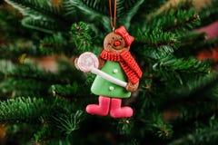 Juguete fino de la decoración del árbol de navidad bajo la forma de galleta linda Foto de archivo libre de regalías