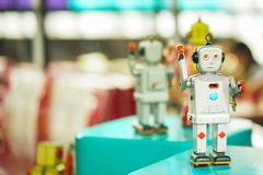 Juguete gris del robot del viejo vintage en un pedestal Robótica y diseño del pasado Imágenes de archivo libres de regalías