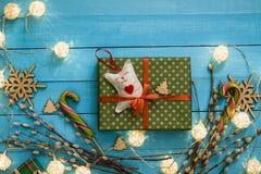Juguete hecho a mano de la caja de regalo de la Navidad en fondo de madera azul Foto de archivo libre de regalías