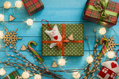 Juguete hecho a mano de la caja de regalo de la Navidad en fondo de madera azul Fotos de archivo