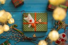 Juguete hecho a mano de la caja de regalo de la Navidad en fondo de madera azul Imagenes de archivo