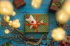 Juguete hecho a mano de la caja de regalo de la Navidad en fondo de madera azul Fotografía de archivo