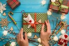 Juguete hecho a mano de la caja de regalo de la Navidad en fondo de madera azul Imágenes de archivo libres de regalías