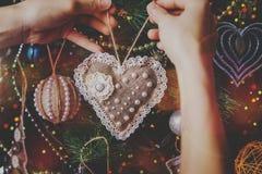 Juguete hecho a mano de la guita del inconformista de la Navidad Fotografía de archivo