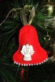 Juguete hecho a mano de la Navidad en un árbol de navidad Campana roja brillante hecha del fieltro fotos de archivo