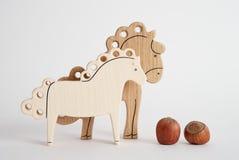 Juguete hecho a mano de madera del caballo para los niños aislados en el fondo blanco con la reflexión de la sombra Bellota de ma Fotografía de archivo libre de regalías