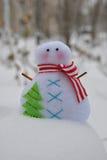 Juguete hecho a mano del muñeco de nieve lindo en la nieve Imágenes de archivo libres de regalías