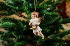 Juguete hermoso de la decoración del árbol de navidad bajo la forma de ángel Fotografía de archivo libre de regalías